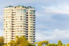 Condominio o appartamento con cielo blu per fondo Fotografia Stock