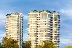 Condominio o appartamento con cielo blu per fondo Fotografie Stock