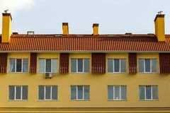 Condominio o construcción de viviendas moderna con arquitectura simétrica en la ciudad céntrica Desarrollo inmobiliario y gro urb Fotografía de archivo