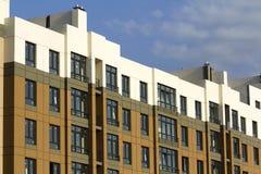 Condominio o construcción de viviendas moderna con arquitectura simétrica en la ciudad céntrica Desarrollo inmobiliario y gro urb Imágenes de archivo libres de regalías
