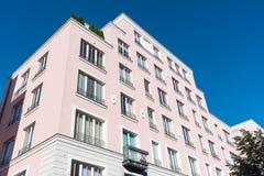 Condominio rosa moderno a Berlino Fotografia Stock