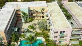 Condominio video aéreo de Miami Beach con la piscina almacen de metraje de vídeo