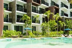Condominio y vida de la piscina de la gente de ciudad en ciudad moderna fotos de archivo