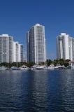 Condominios lujosos de la Florida en bahía fotografía de archivo