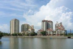 Condominios por el río foto de archivo libre de regalías
