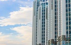 Condominium avec des nuages Photographie stock libre de droits