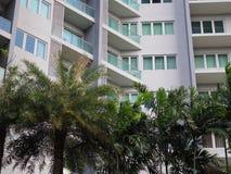 Condominium avec le jardin, arbres urbains Image stock