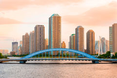 Condominium ayant beaucoup d'étages de Tokyo et rivière de Sumida Images stock