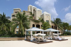 Condominium de luxe situé sur les sept Miles Beach chez Grand Cayman Photographie stock
