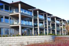 Condominiums de façade d'une rivière. Photos libres de droits