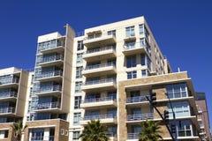 Condominiums modernes américains et construction au détail Photographie stock libre de droits