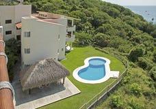 Condominiums tropicaux de flanc de coteau au Mexique images libres de droits