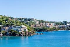 Condomínios novos coloridos na costa tropical Imagem de Stock Royalty Free