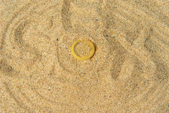 Condoom op het gele zand, achtergrond Royalty-vrije Stock Foto