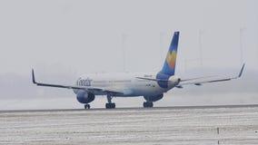 Condor Boeing 757-300 D-ABOB che decollano dall'aeroporto di Monaco di Baviera stock footage