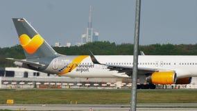 Condorvliegtuig die in de Luchthaven van Frankfurt, FRA taxi?en stock footage
