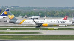 Condorvliegtuig die taxi in de Luchthaven van München, MUC doen stock video