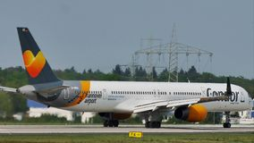 Condorvliegtuig op taxibaan in de Luchthaven van Frankfurt, FRA stock footage