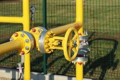Condotta di gas dell'elemento livello e pressione media Tubi gialli di trasporto sulla superficie del recinto Impianto di aliment fotografia stock
