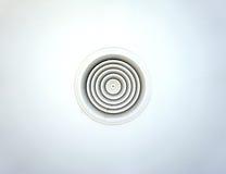 Condotta di ventilazione circolare dell'aria sul soffitto nel bianco Immagini Stock Libere da Diritti