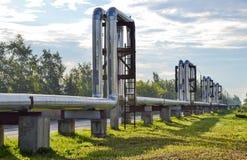 Condotti termici di Overground Conduttura sopra il calore di conduzione della terra per la città di riscaldamento Fotografie Stock