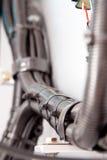 Condotto automobilistico e fascette ferma-cavo del cablaggio elettrico fotografia stock