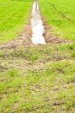 Condotto pieno in un campo dopo pioggia torrenziale immagini stock