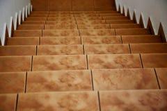 Condução abaixo das escadas amarelas marrons telhadas fotografia de stock