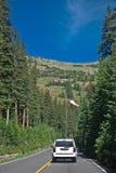 Condução acima das montanhas Fotos de Stock