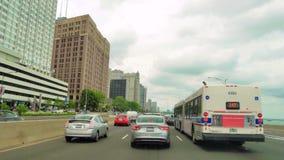 Condução ao longo da costa do Lago Michigan no carro da câmera do lapso de tempo de Chicago video estoque