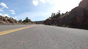 Condução ao longo de uma seção do monumento nacional de Colorado video estoque