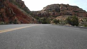 Condução ao longo de uma seção de enrolamento do monumento nacional de Colorado