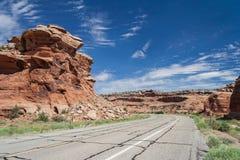 Condução ao longo do Mesa grande perto do monumento nacional de Colorado em Grand Junction Colorado EUA Fotografia de Stock Royalty Free