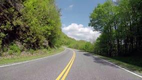 Condução ao longo dos trilhos no grande parque nacional de montanha fumarento