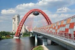 Condução através da arcada gigante - ponte de Zhivopisny Fotografia de Stock Royalty Free