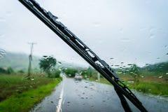 Condução através da chuva Fotos de Stock