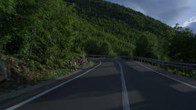 Condução através da estrada de enrolamento da montanha filme