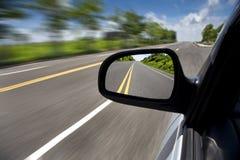 Condução através da estrada vazia