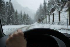 Condução através da neve fotografia de stock royalty free