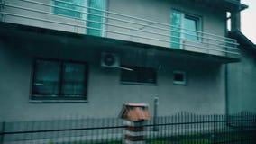 Condução através da vila em Autumn Weather filme