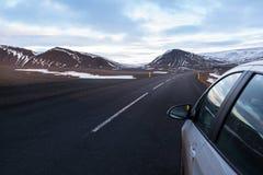 Condução através das montanhas Neve-tampadas Fotografia de Stock