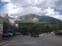 Condução através das Montanhas Rochosas em uma viagem por estrada com um amigo Fotos de Stock Royalty Free