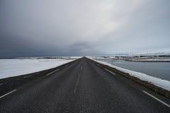 Condução através de Islândia com estrada vazia fotos de stock