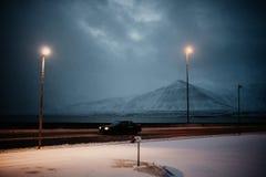 Condução através de Islândia no nascer do sol Fotos de Stock