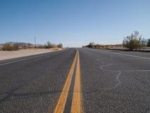 Condução através do deserto Imagens de Stock