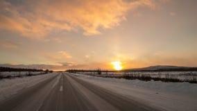 Condução com Sun obscuro antes da tempestade de neve Foto de Stock Royalty Free