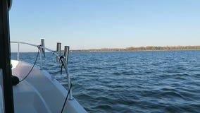 Condução com um barco de motor de pesca ao redor no mar Báltico ao lado da cidade Wiek da ilha de Rugen C?u azul filme