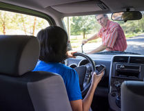 Condução da mulher e acidente de Texting Fotos de Stock Royalty Free