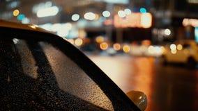 Condução das luzes e de carros da cidade no fundo do tráfego video estoque