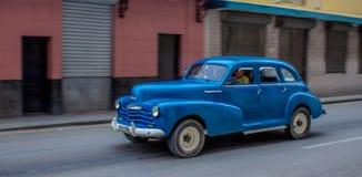 Condução de carro americana azul do vintage através de Havana fotografia de stock royalty free